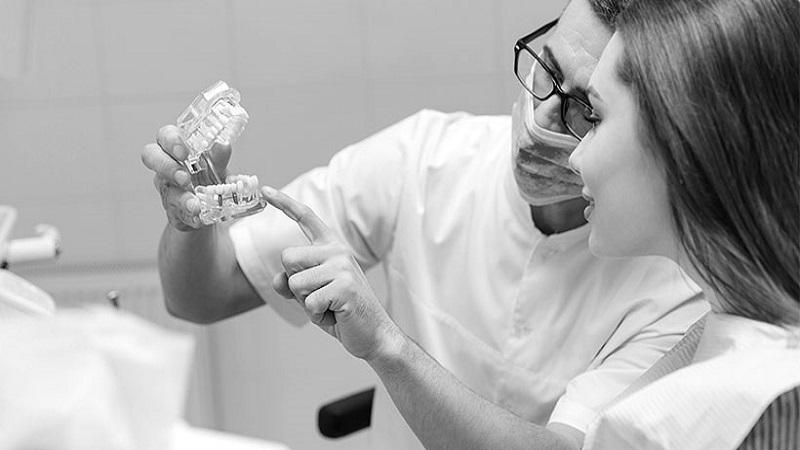 بهترین دندانپزشک اصفهان درمان نکردن لق شدن ایمپلنت